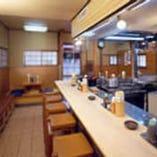 清潔な調理場を見ながら、 出来立てのかつを待つ一時