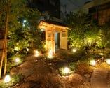 門をくぐると、そこには池の水面輝く小さな日本庭園が・・・