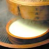 お通しの豆腐は鶏出汁を混ぜて毎朝仕込む濃厚な味!軽く塩を振ってどうぞ!
