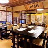 大襖や井筒安の所蔵品が見れる広間のお席