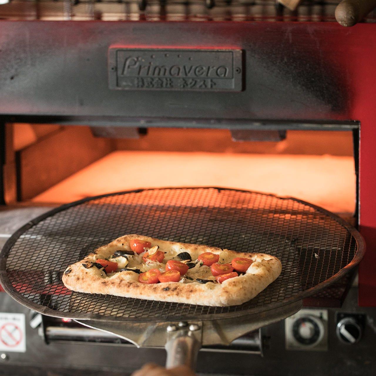 高温のオーブンで焼き上げるから、外はサクサク中はもっちり♪