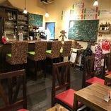 イタリアの食堂を思わせるアットホームな店内