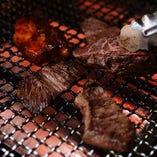 お店で丁寧に焼き上げる肉料理は絶品揃い!
