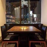 窓際のテーブル個室