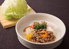 レタスと納豆と八種の薬味