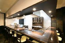 明るい店内とオープンキッチン