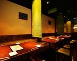 テーブル席。グループ・カップル…多目的スペース。