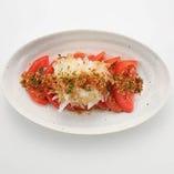 満月冷しトマト カリカリ、シャキシャキと様々な食感が楽しいトマトサラダ