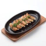 鉄板餃子 480円(税抜) うまいです。