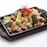鉄板もつ焼き モツと野菜のうま味を一度に味わえる熱々料理です。