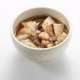 【満月名物】名物もつ煮 味噌仕立て じっくり煮込んだもつ鍋。ビールに良く合います。