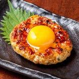 【人気】月見つくね 卵と一緒にお召し上がりください。