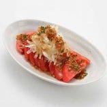 フレッシュなトマトをご用意しております。シャキシャキのトマトサラダ。