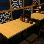 4名様のテーブル席です。くっつけることも可能ですので、10名様でもご利用可能です。ご相談してください。