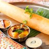 お米と豆で作ったインド風クレープ『マサラドーサ』。