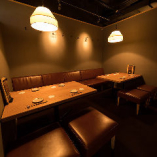 様々な用途に使える8名様のソファーテーブル個室。