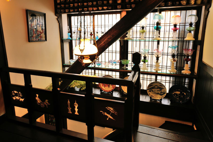 ◆2階 階段踊り場 江戸から明治時代の蕎麦猪口&ランプ