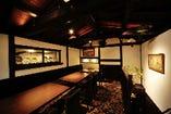 ◆三階 江戸時代の古伊万里 ゆったりと寛げるソファ席と落ち着いた照明の隠れ家空間
