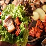 名物サムギョプサルはキムチ、サンチュなどお好きな野菜と一緒に