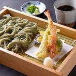 【単品料理】名物の海藻をつなぎに使った天へぎそばです。
