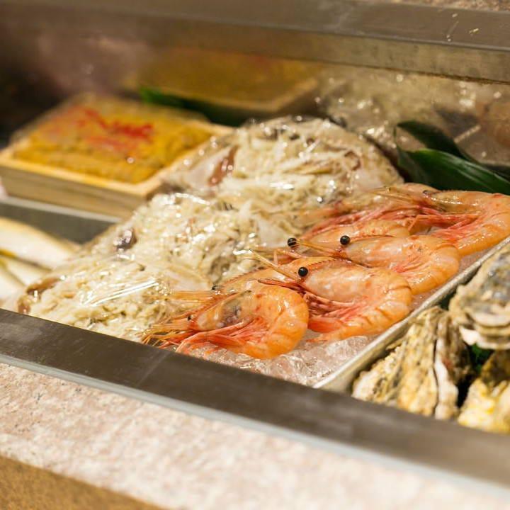 魚介選びに厳しい熟練料理長が目利き