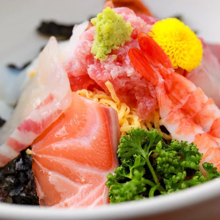 ランチでも鮮魚を堪能 海鮮丼は麺付で900円