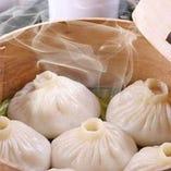 皮が薄く、熱々スープが詰まった小籠包5個680円(税抜)