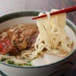 沖縄独特の麺にスペアリブがのった『ソーキそば』