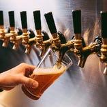 一つ一つ丁寧に注がれるクラフトビール。きめ細やかな泡を楽しみながら、それぞれ違ったクラフトビールの味が口の中に広がります。