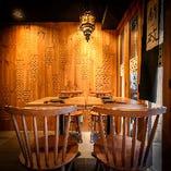 外の景色を見ながらゆったりと過ごすことができるテーブル完全個室