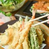 素材の持ち味を引き立てるサクサク衣◎揚げたての天ぷらは必食!