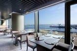 横浜港を臨むパノラマが広がる 「日本料理 なだ万」