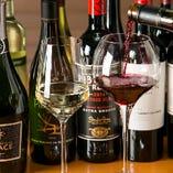 """""""ステーキと一緒に味わっていただきたい""""そんな想いを込めて店長自らが厳選。世界各地のワインを常時10種類ほど取り揃えております。"""