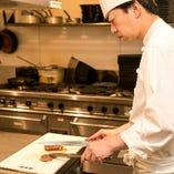 洋食、中華の経験を持つ当店シェフ。長年の修行で培ってきた技術を惜しみなくふるい、多彩な逸品でお客様をお迎えいたします。