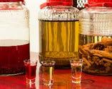 「蟻酒」「竹花酒」「8種のハーブ酒」など希少な自家製薬酒も。