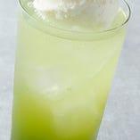 【抹茶クリームソーダ】 炭酸の爽快感で抹茶の甘みが際立ちます