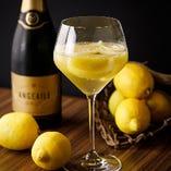 凍らせたレモンにスパークリングワインを注いだ爽快レモンサワー