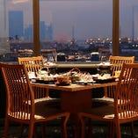 【窓側のテーブル席】 いつものお食事も優雅な時間に