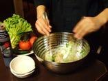 テーブルで仕上げるサラダは超フレッシュ!!