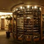 入り口には大型のワインセラーを完備し多数品揃え
