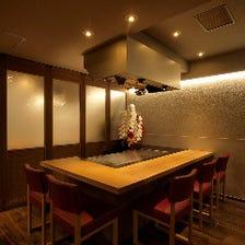 鉄板を囲む個室は会食や接待に最適