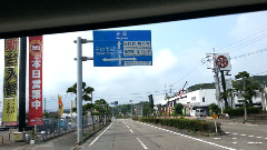左手にマルミツパチンコ店、右手角に西の丸パチンコ店を見ながら信号左折