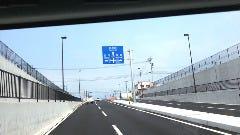 JR日豊本線の高架下をくぐり、この先の10号線の信号機も直進