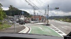 10号線 メルクス前通過直後の交差点付近     信号の左へ進路をとり、そのまま左折レーンへ
