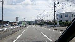 竹島入口交差点を右折直後の風景。 右手に宮前建設、左手にダイナムパチンコ店