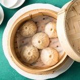 皮が薄く、熱々のスープが詰まった小龍包5個入り580円(税抜)