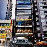 雷門通りに面したビル「いちごパゴダ浅草」の8Fにあります。スターバックスさん隣り。