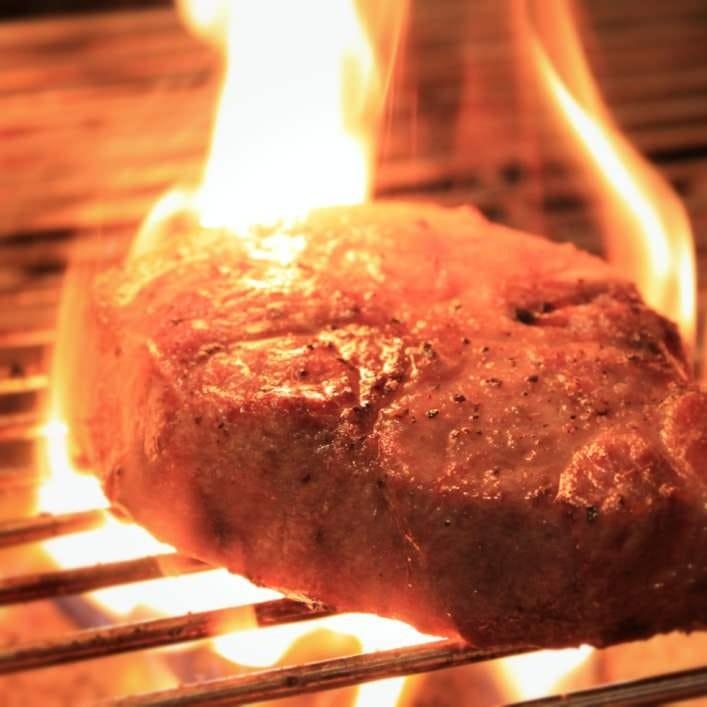 溶岩石で焼き上げる拘りの肉料理