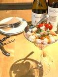 横浜地野菜と海老、小柱のカクテルサラダ ー西洋山葵のソースー