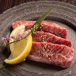 【熟成赤身のスライス】 赤身肉は女性も食べやすい逸品
